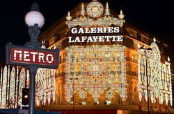 1-outside-view-of-galeries-lafayette-with-christmas-decorations_116