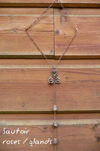 Collier roses glands poind'il